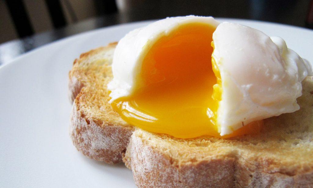 Куриное яйцо сваренное всмятку
