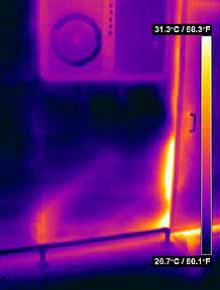 Проверка утечки тепла через плохо прилегающие уплотнители дверей